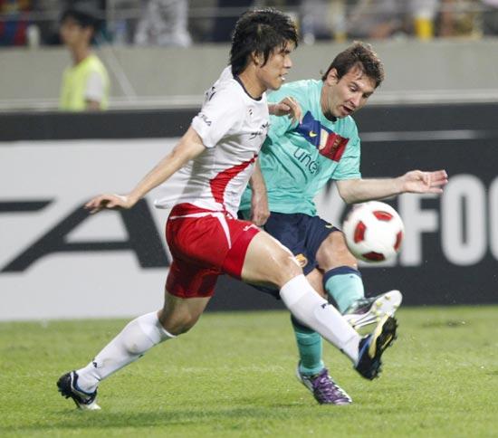 图文-[热身赛]韩国明星队2-5巴萨梅西标志性的射门