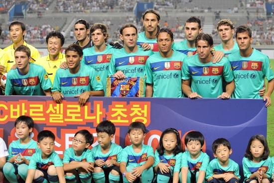 图文-[热身赛]韩国明星队2-5巴萨赛前合影留念