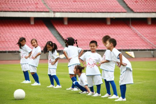 图文-巴萨圆足球少年绿茵梦小球员们赛前热身