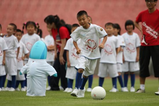 图文-巴萨圆足球少年绿茵梦球场上洋溢快乐因素