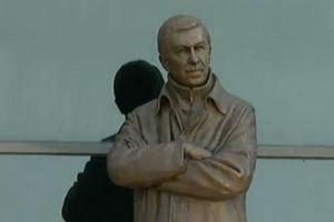 弗格森铜像揭幕双臂交叉胸前小贝C罗发贺电(图)
