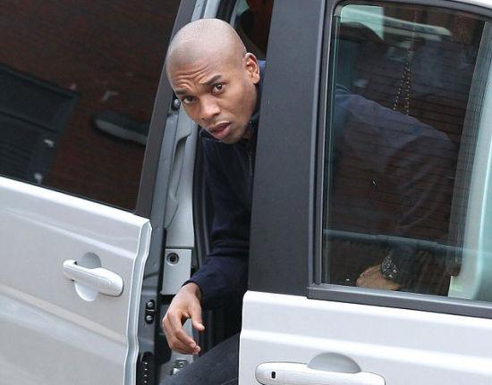 费尔南迪尼奥抵达曼城接受体检(图片来源:英国《每日邮报》)
