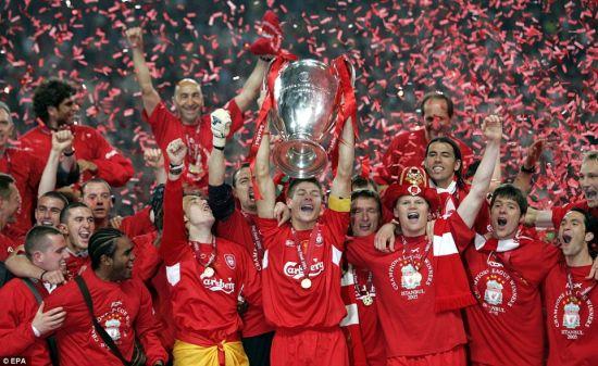 杰拉德在2005年作为队长帮助利物浦举起欧冠奖杯