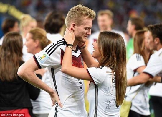 许尔勒与女友