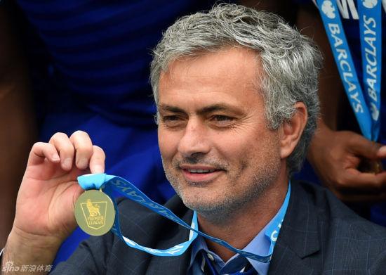 展示英超冠军的奖牌