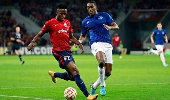 奥里吉(左)在欧联杯赛场上……