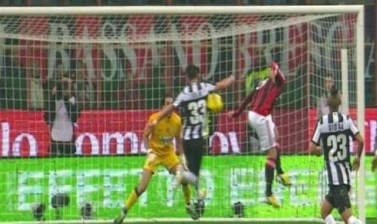 诺切里诺的头球没有击中伊斯拉的手臂。