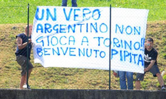 那不勒斯球迷打出欢迎伊瓜因的横幅
