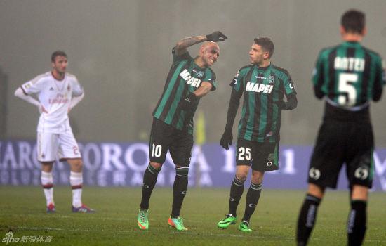 萨索洛球员欢庆背后是AC米兰球员落寞的身影