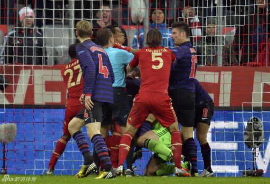 2-0后,阿森纳拜仁陷入8人混战,拜仁球员开始慌乱……