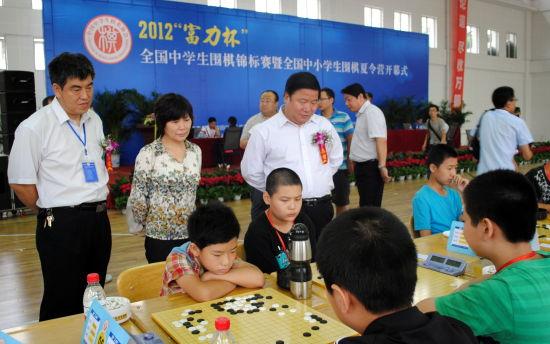 刘自觉校长、付建伟书记与中国国度围棋队领队华学明观战