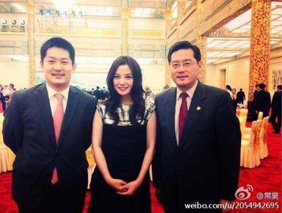 常昊、赵薇与中外洋交部音讯司司长秦刚在晚宴上合影