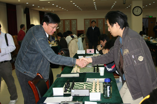 图文-2007国象联赛最终轮叶江川与卜祥志握手