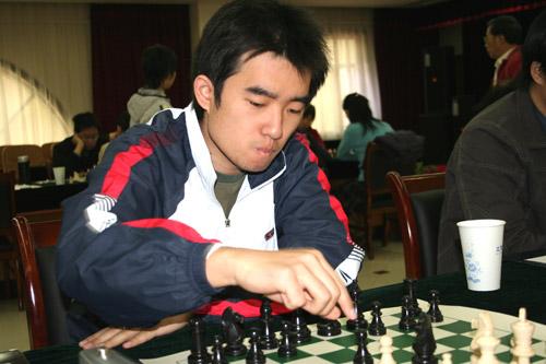 图文-2007国象联赛最终轮山东大将赵骏咬牙关