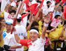 图文-重庆市区圣火传递 围棋世界冠军古力高举火炬