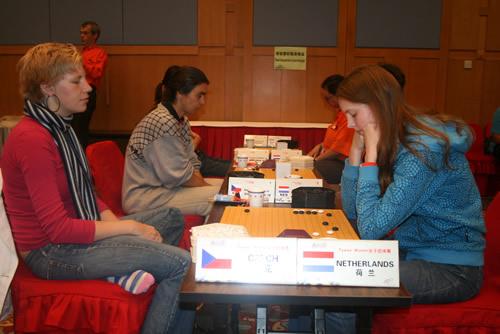 图文-智运会围棋女子团体赛第5轮美女对决引人注目