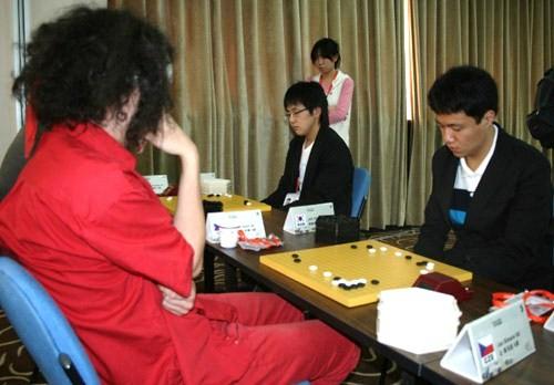 图文-智运会围棋男团8强战个性男遭遇李映九