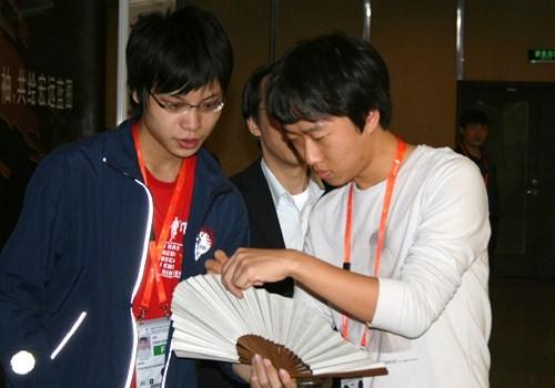 图文-智运会围棋男团8强战崔哲瀚为棋手签名