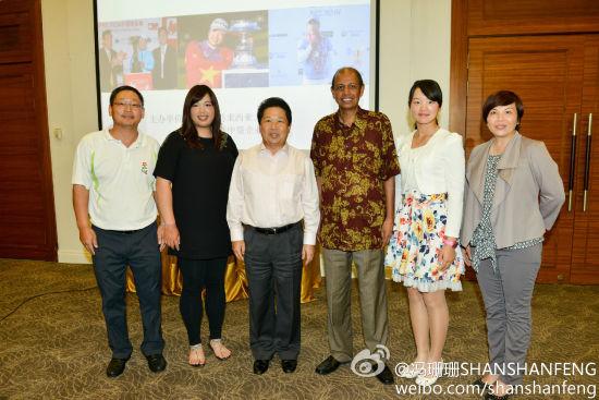 冯珊珊(左二)和石昱婷(右二)与中国驻马来西亚大使柴玺(左三)等合影