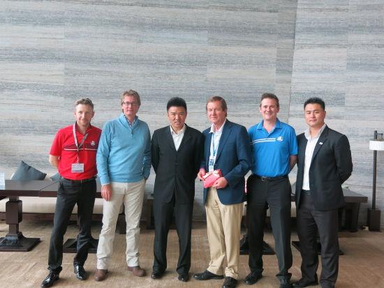 IMG高尔夫部亚太区副总裁Grant Slack(左二);朱亚当(左三);IMG高尔夫部中国区副总裁魏全民(右一);欧巡赛主席欧格雷迪(右三)