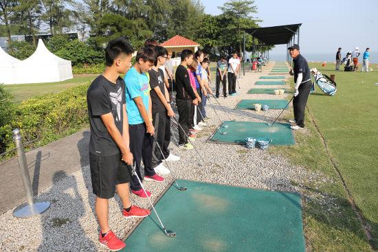 张连伟亲自教授16位来自澳门理工学院的学生一些高尔夫入门技巧