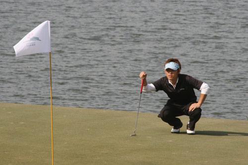 图文-中国业余公开赛首轮战况果岭上细心看线