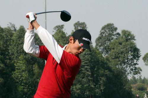图文-中国业余公开赛第三轮领先选手严载雄