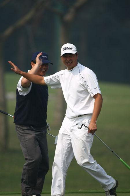 图文-戴尔高尔夫球锦标赛配对赛一记好推