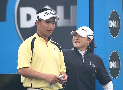 图文-中巡赛戴尔锦标赛第三轮杨涛丽出任球童