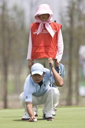 图文-中巡上海锦标赛首轮陈小马认真摆放球线