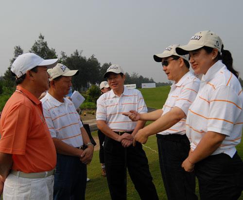 图文-俱乐部联赛中南分区赛开球前的交流