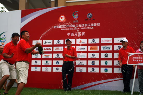 图文-俱乐部联赛中西区赛颁奖京南队庆祝胜利