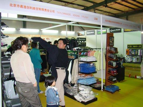 图文-高球与户外产品交易会观众驻足观看
