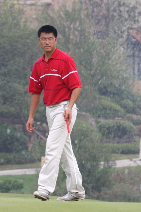 图文-中巡赛麓山锦标赛第一轮王煦推杆前准备