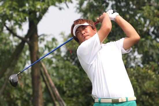 图文-中巡麓山锦标赛第三轮任强在18号洞开球