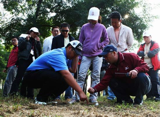 图文-中巡天津锦标赛决赛轮苏东解决场上困难