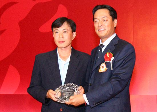 图文-欧米茄中巡赛年度颁奖晚宴天津杨柳青领取奖牌