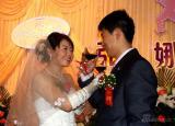 图文-女子高尔夫球员张娜婚礼举行新人喝交杯酒