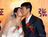 图文-女子高尔夫球员张娜婚礼举行亲吻新郎