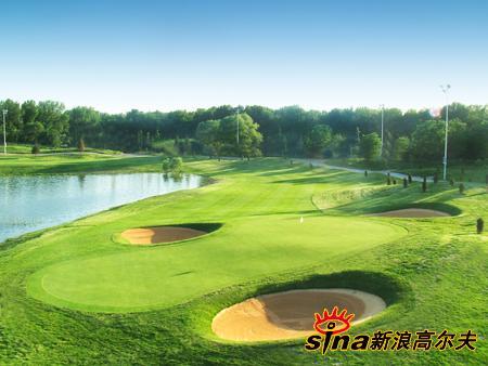 图文-天竺乡村高尔夫球场沙坑保护着果岭