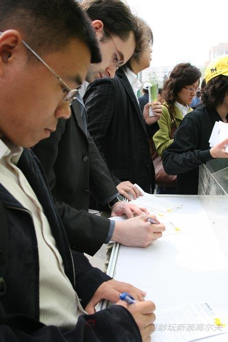 图文-2009高尔夫博览会花絮现场填写报名表
