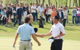 图文-索菲特钟山公开赛决赛握手祝贺冠军
