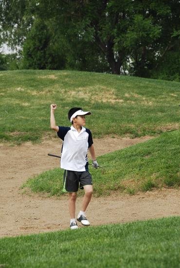 图文-天一高尔夫系列赛参赛小选手挥臂欢呼