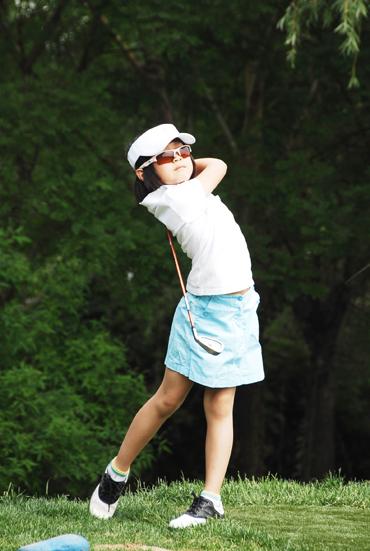图文-天一高尔夫系列赛杜墨含自信挥杆
