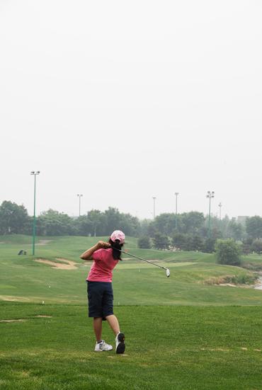 图文-天一高尔夫系列赛优美挥杆