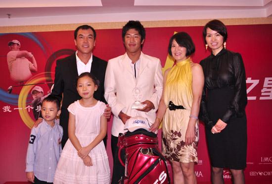 图文-张连伟杯青少年赛欢迎晚宴祝贺亲子赛冠军