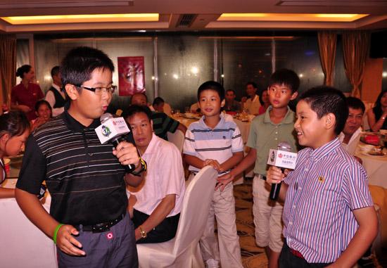 图文-张连伟杯青少年赛欢迎晚宴精彩的相声表演