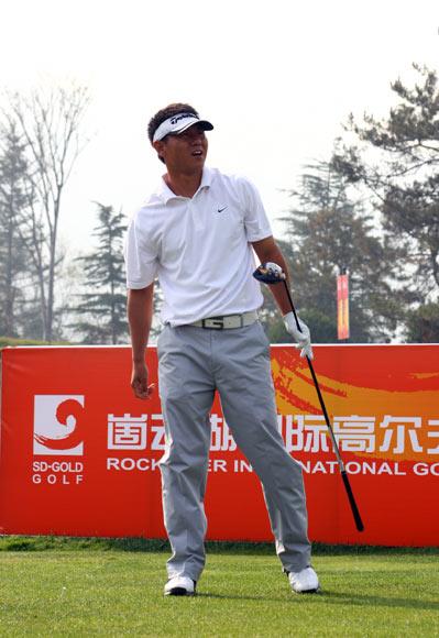 图文-全国高尔夫团体赛决赛霍伟开球