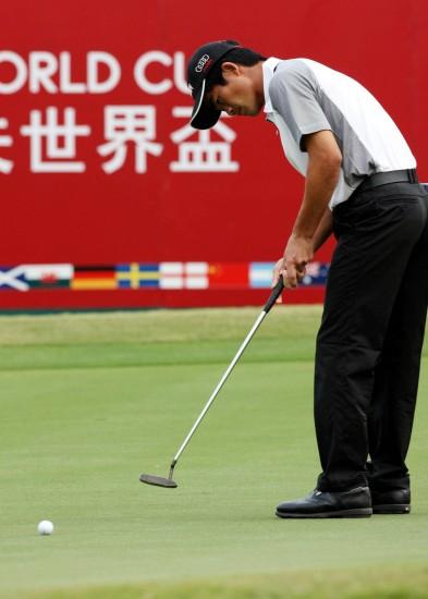 图文-高尔夫世界杯第三轮梁文冲在比赛中推杆