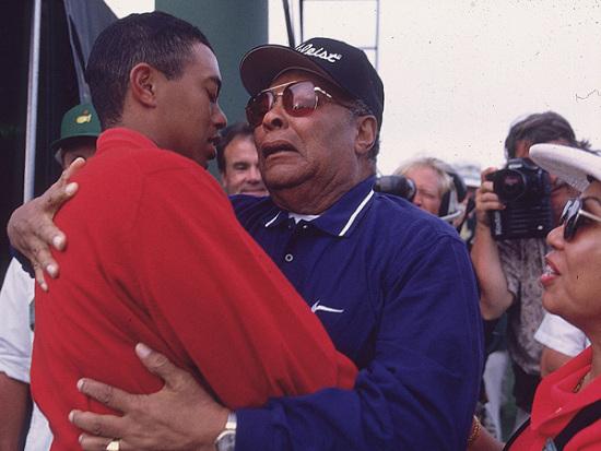 图文-伍兹打球生涯伟大时刻与父亲相拥庆贺胜利
